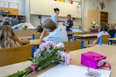 Vysvědčení jinak: Spousta škol už v pátek rozdá dětem vysvědčení. Děti budou muset dodržovat rozestupy amít ssebou roušky.