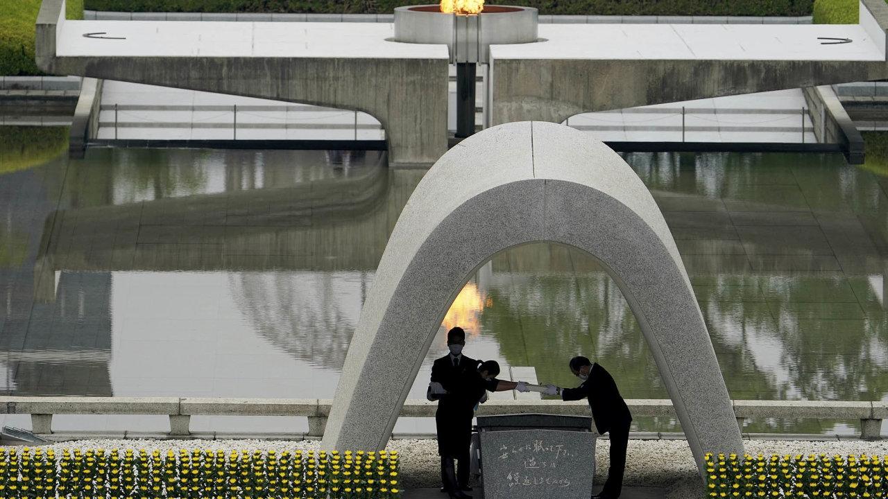 Minutou ticha avýzvou japonské vládě, aby podepsala dohodu OSN ozákazu jaderných zbraní, si včera zhruba tisícovka lidí vHirošimě připomněla 75 let odvýbuchu atomové bomby.