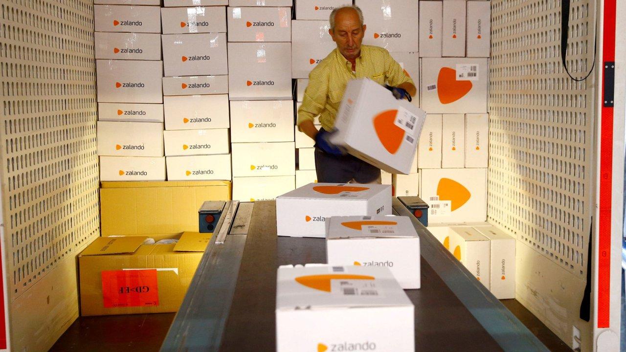 E-shop Zalando doručuje do sedmnácti zemí. Na snímku umisťuje jeho zásilky na dopravník zaměstnanec Swiss Post ve švýcarském Frauenfeldu.