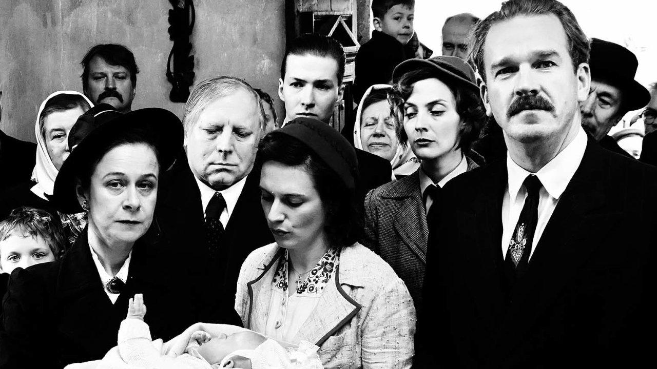 """V malé příhraniční vsi, kde spolu žijí Češi a Rakušané, se sousedská pospolitost mísí s předsudky vůči """"těm druhým""""."""