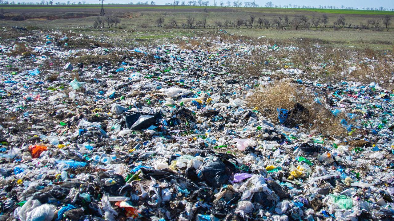České domácnosti ročně vyprodukují necelé 4 miliony tun odpadu. Téměř na180 skládkách zněj končí téměř polovina, přibližně třetina se recykluje a12 procent končí vespalovnách.