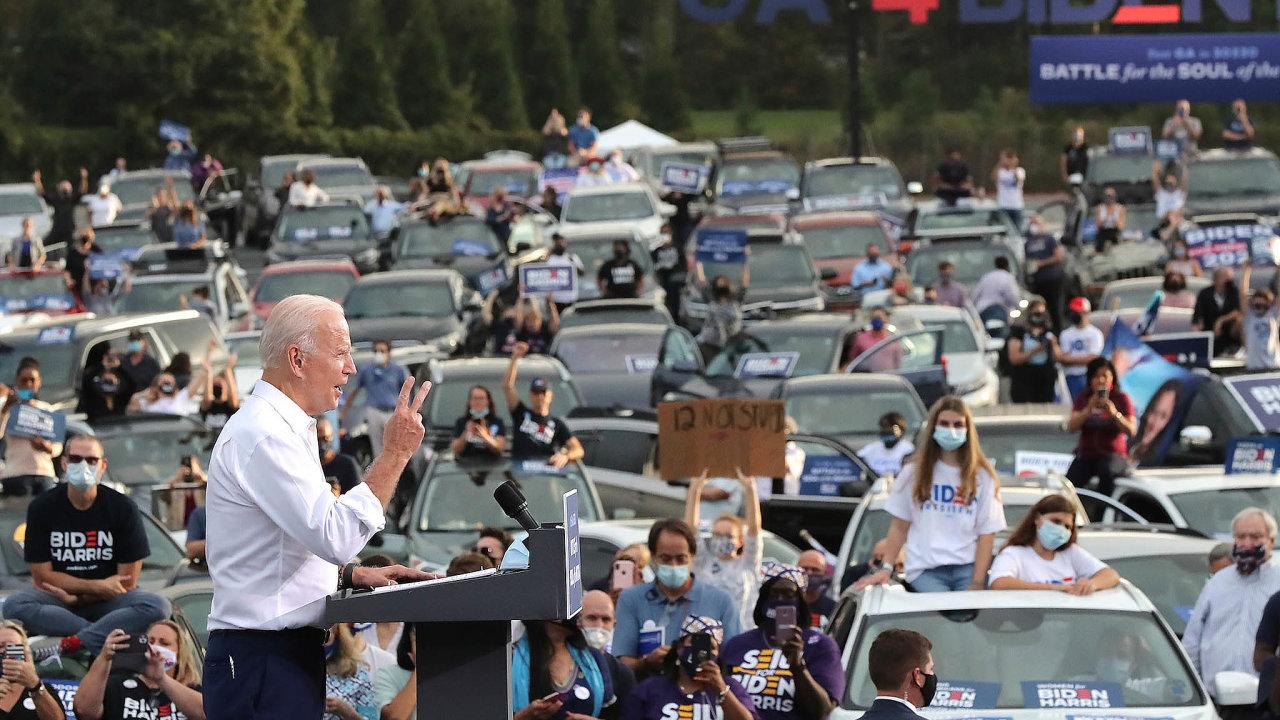 Ovlivňování amanipulace. Američtí kandidáti musí vkampaních ovlivnit voliče, jakoletos Joe Biden. Je to otevřený kontakt, kdežto anonymní internetové kampaně ovlivňují voliče neférovými prostředky.