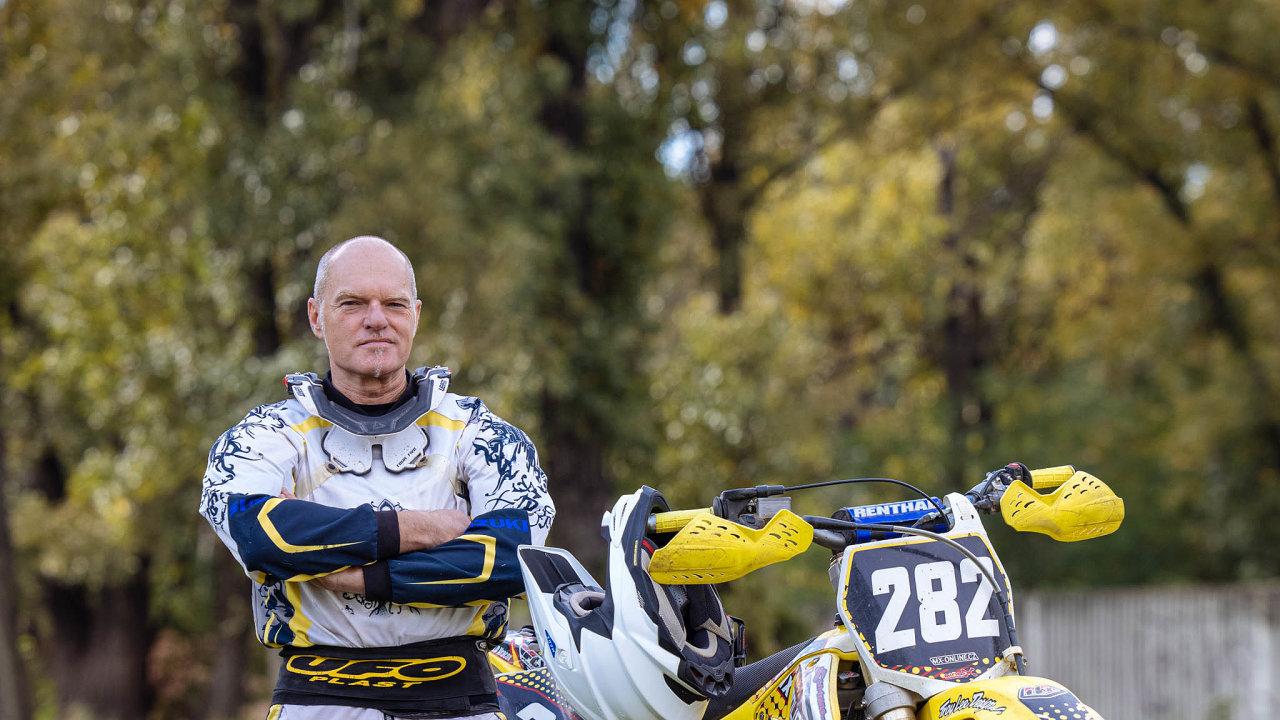 """""""Terénní motorka, vylepšená pomém, mě psychicky spraví tak, že to cítím ještě několik dní,"""" říká Ivan Dlabač zdesignérského studia DIVAN."""