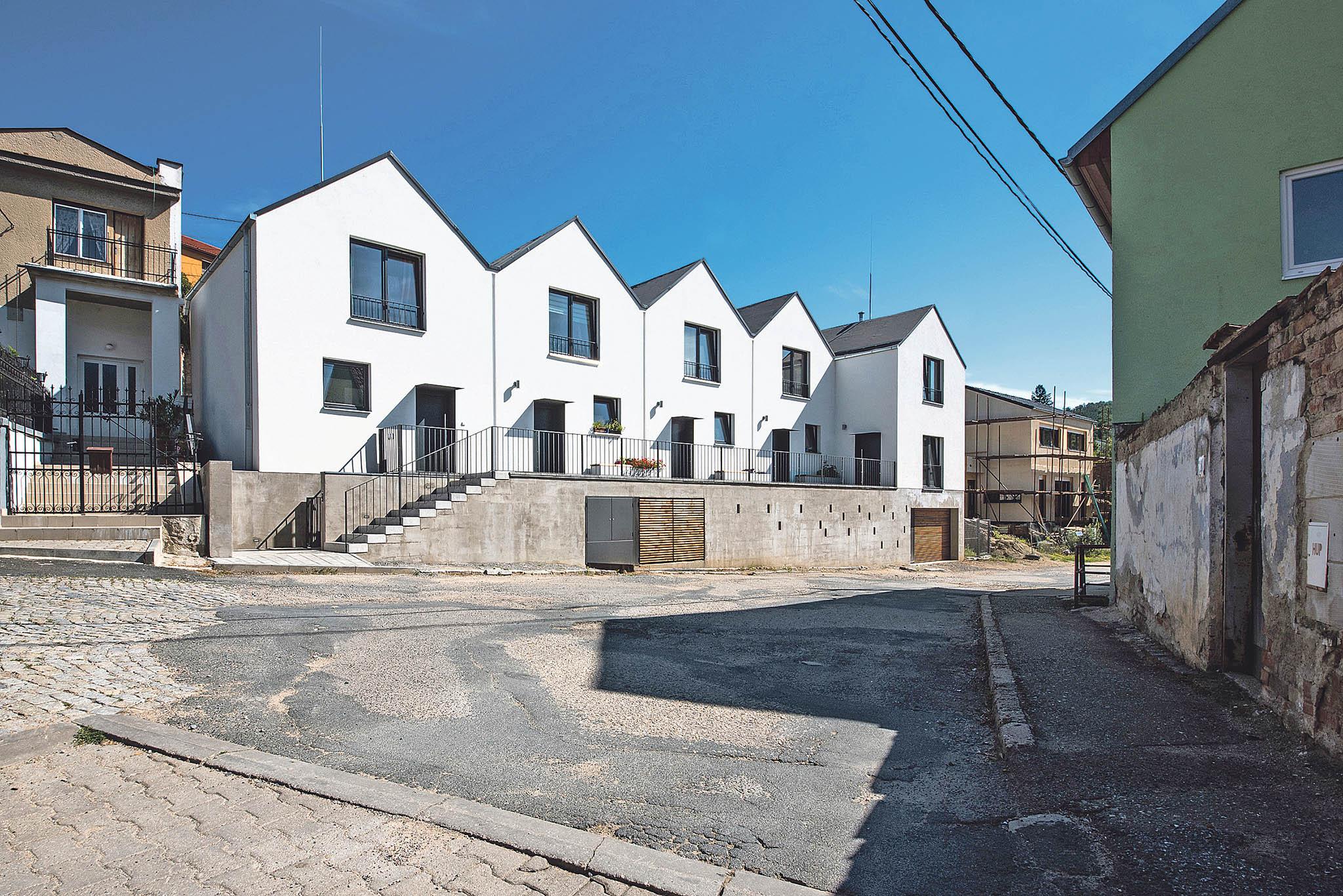 VBílovicích nad Svitavou architekti nechtěli vybudovat bytovku, rozhodli se pro jednotlivé domy naspolečné podnoži. Nejde tak onabubřelý monoblok.