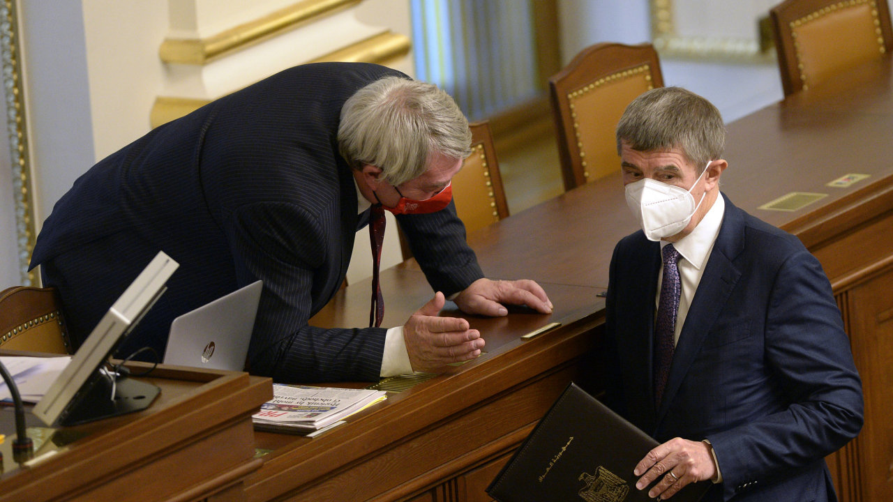 Předseda KSČM Vojtěch Filip (vlevo) a premiér Andrej Babiš (ANO) na schůzi Poslanecké sněmovny 1. prosince 2020 v Praze.