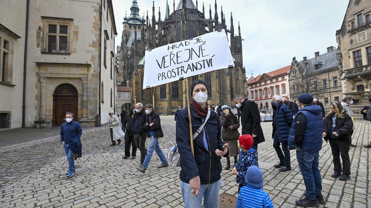 Účastníci nedělního nahlášeného shromáždění na náměstí U Svatého Jiří v areálu Pražského hradu, které bylo svoláno na protest proti jeho uzavření.