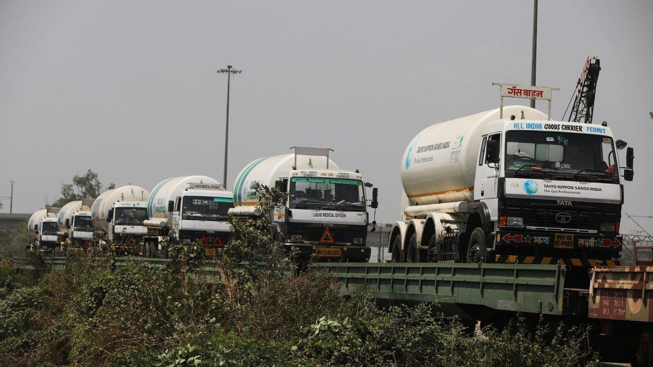 Indie čelí akutnímu nedostatku kyslíku, do zasažených oblastí jej dováží z ostatních částí země i ze zahraničí.