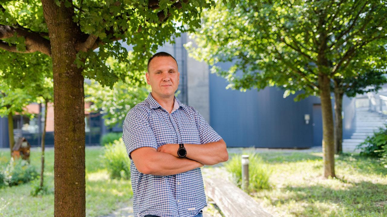 K metodě mindfulness přistupujeme hlavně vědecky, říká Miroslav Světlák, přednosta Ústavu psychologie apsychosomatiky Masarykovy univerzity. Osobně se meditaci věnuje 30 minut denně.