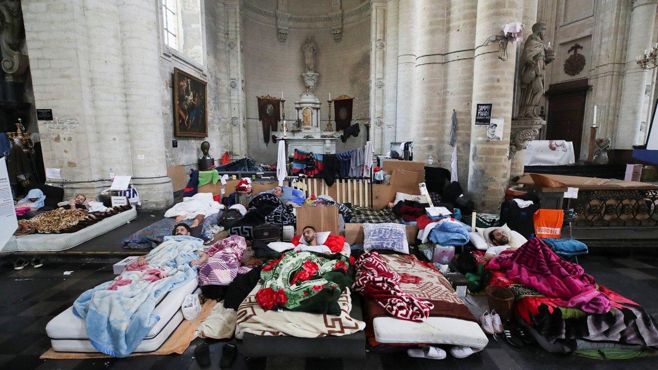 Migranti usilující o přiznání nároku na zdravotní péči drží už několik týdnů hladovku v kostele Saint-Jean-Baptiste au Béguinage v Bruselu.