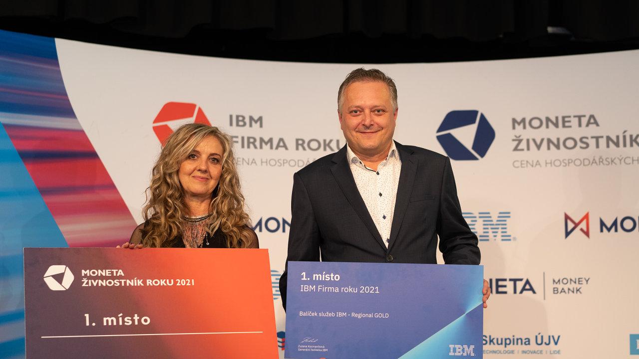 Jiřina Rejentová, umělecká krajkářka a zástupce firmy DAKO-CZ Jaromír Štverák. Vítězové za Pardubický kraj.