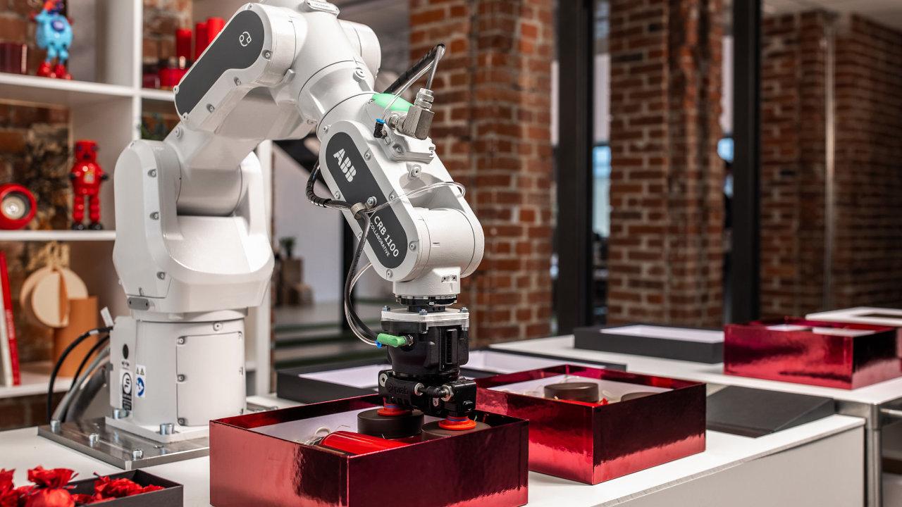 Kobot řady Swifti odfirmy ABB pracuje rychle jako průmyslový robot, ale může ispolupracovat sčlověkem. Dokáže detekovat přítomnost člověka vesvém pracovním prostoru aautomaticky zpomalit.