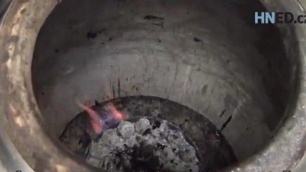 Pro pečení masa používají Indové speciální pec Tandoori.