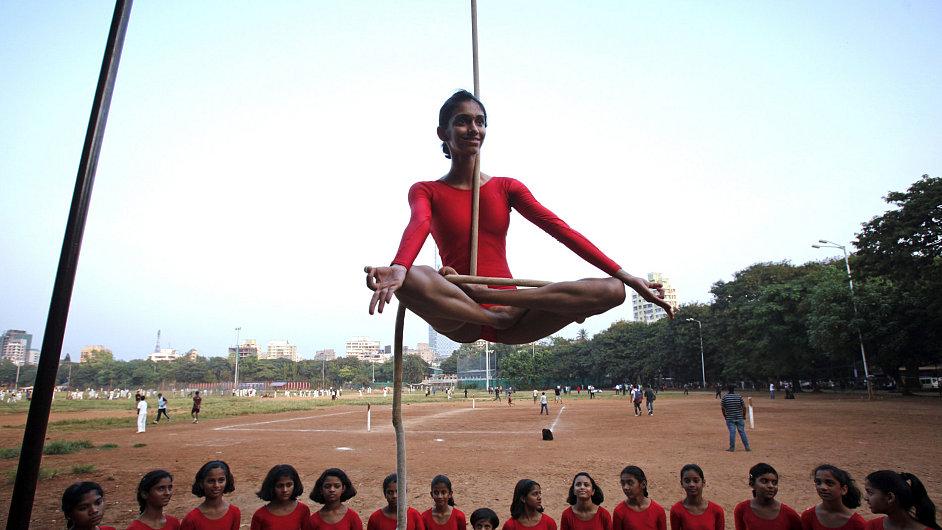 Indické cvičení Mallakhamb.