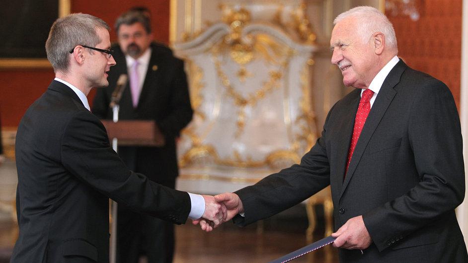 Prezident Václav Klaus znovujmenoval Vladimíra Tomšíka (vlevo) a Mojmíra Hampla členy bankovní rady ČNB