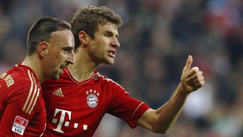 Franck Ribéry (vlevo) slaví se spoluhráčem Thomasem Müllerem.
