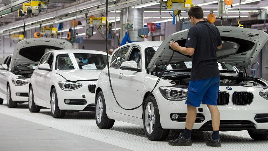 Výroba automobilky BMW  v německé továrně u města Regensburg.