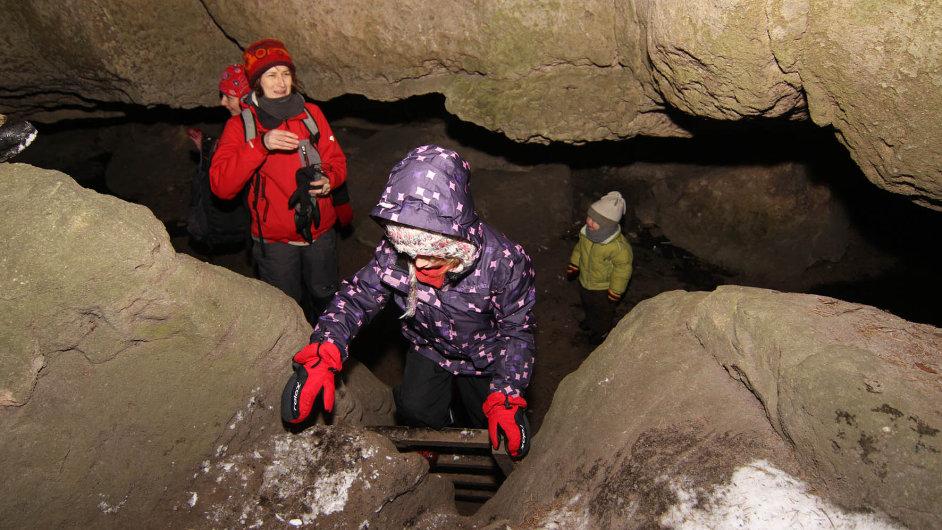 V Jeskyni víl mají pro snadnější výstup žebřík.