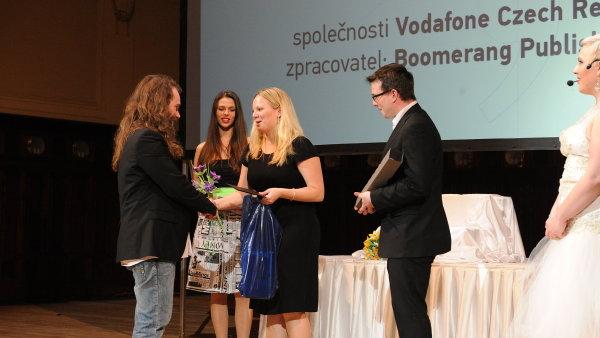 Michal Schindler z Vodafone přebírá Zlatý středník za nejlepší B2B časopis Bizzone, cenu předávají redaktoři týdeníku Marketing & Media Markéta Lidinská a Jan Brychta.