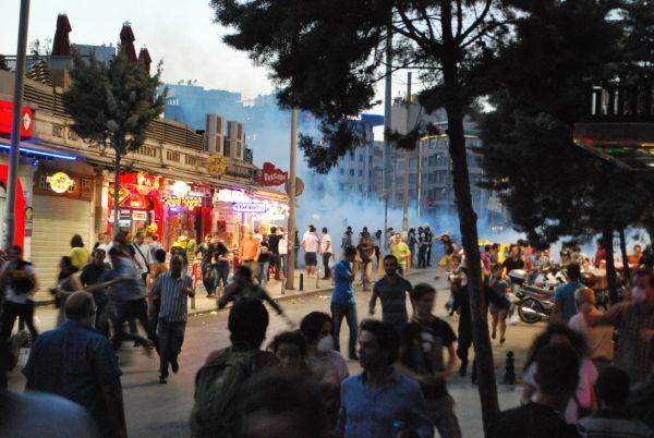 Klikněte na obrázek pro zobrazení fotek z demonstrace v Turecku
