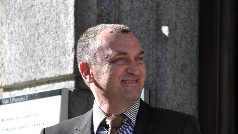 Antonín Koláček před budovou soudu