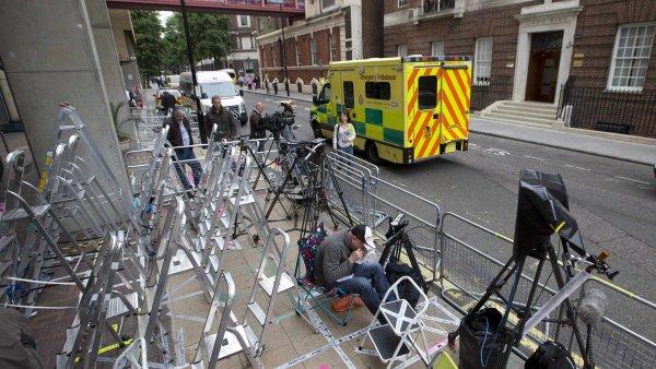 Média bojují o místa před nemocnicí, kde přijde na svět královský potomek
