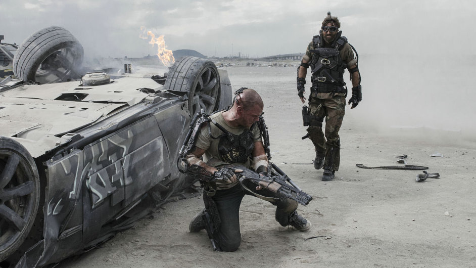 Matt Damon a Sharlto Copley ve filmu Elysium