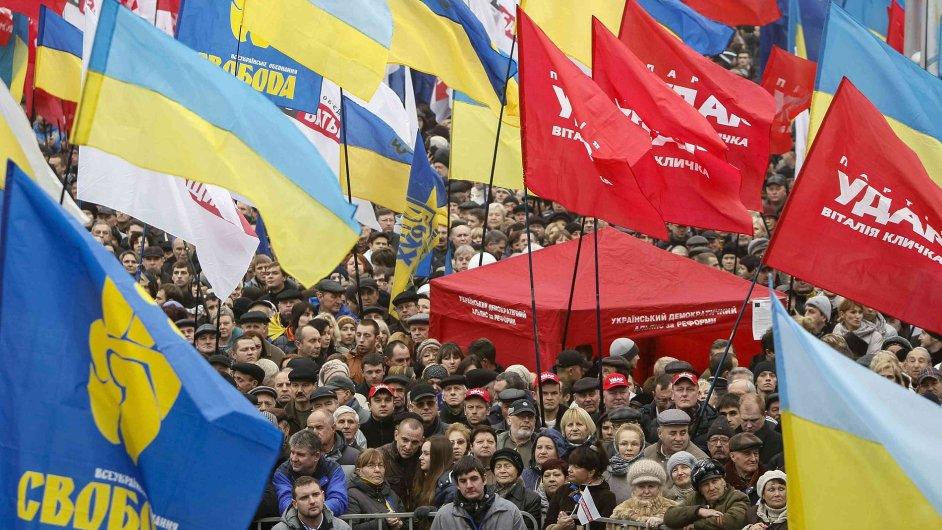 Desítky tisíc demonstrantů pochodují centrem Kyjeva s vlajkou Evropské unie.