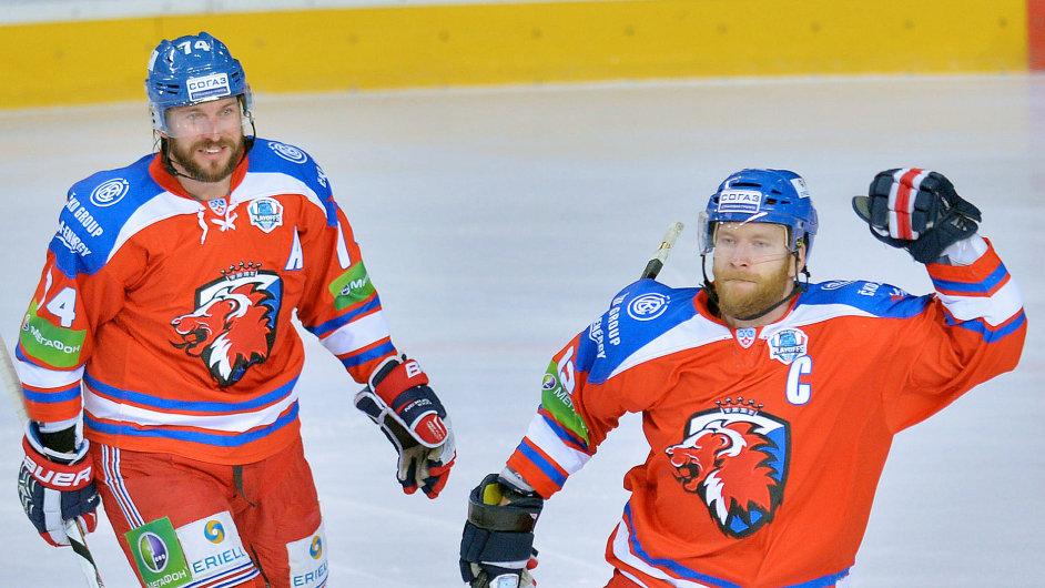 Hráči pražského Lva Jiří Novotný (vpravo) a Nathan Oystrick