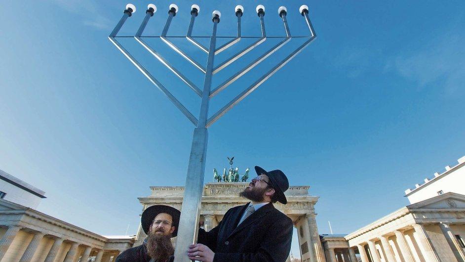 Židé vztyčují menoru před Braniborskou branou.