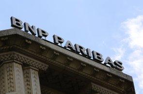 Logo BNP Paribas nad centrálou v Paříži.