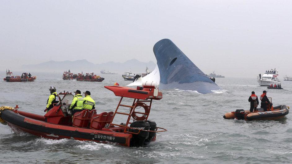 Záchranné akce u potopeného trajektu