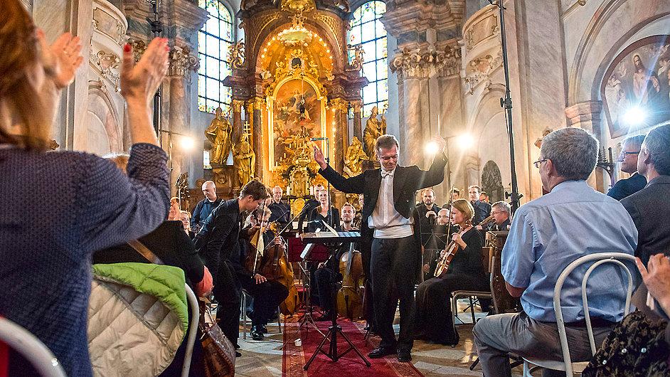 Dirigent Marek Štryncl diriguje Musicu Floreu na ouvertuře Dvořákovy Prahy.