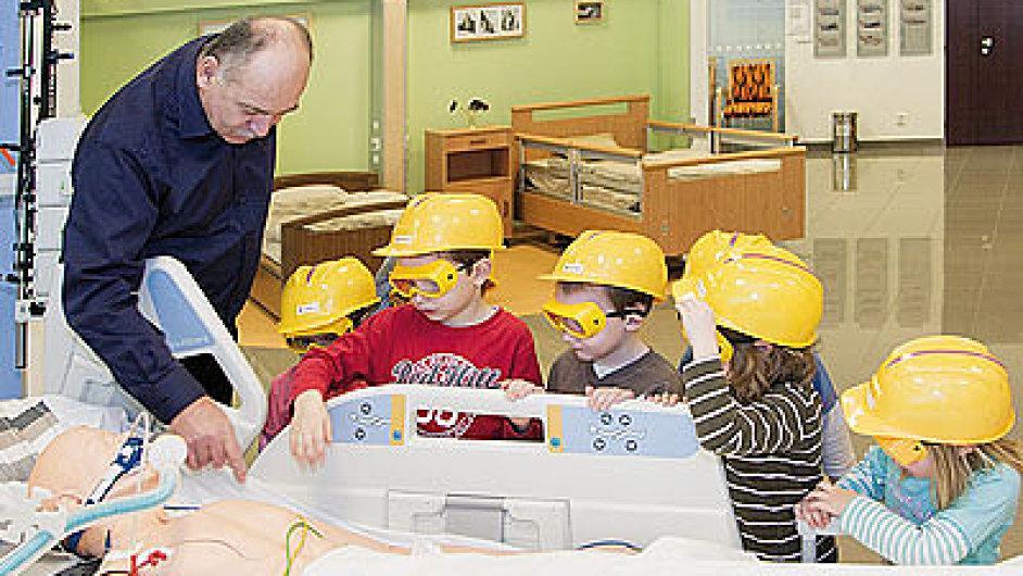 Šéf Linetu Zbyněk Frolík s trpělivostí i trochou hrdosti vysvětluje malým dětem, jak výrobky firmy fungují.