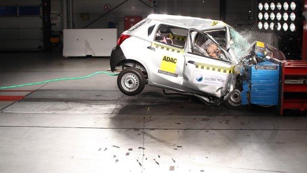 Nissan m� probl�m. Jeho lacin� auto tot�ln� propadlo u n�razov�ch test�