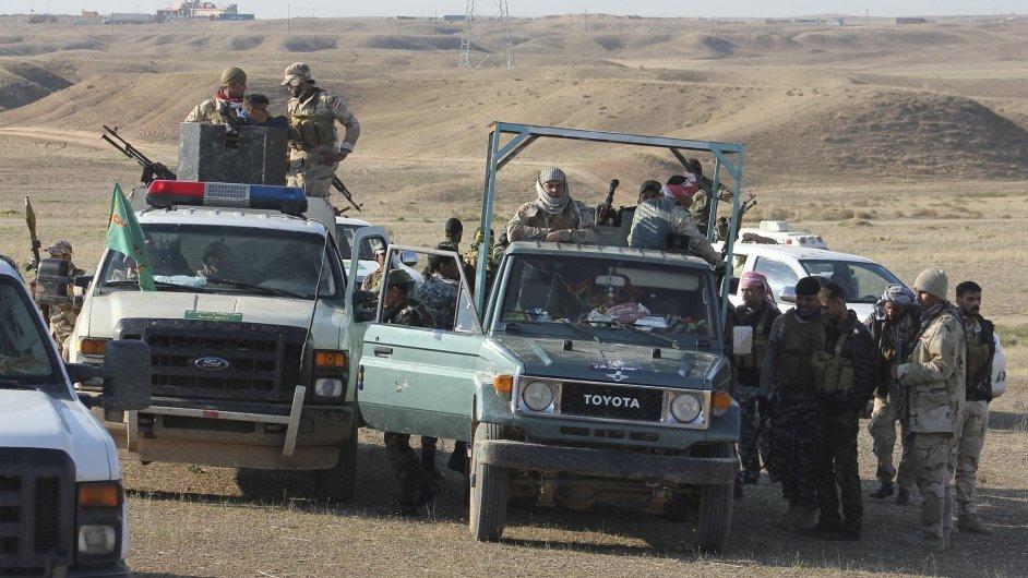 Sunnitští dobrovolníci na snímku organizují odpor vůči teroristům z Islámského státu u iráckého Mosúlu. Ilustrační foto.