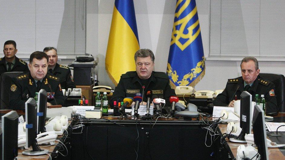 Petro Porošenko na zasedání s vedením armády, kterému nařídil ukončit bojové operace na východě Ukrajiny.