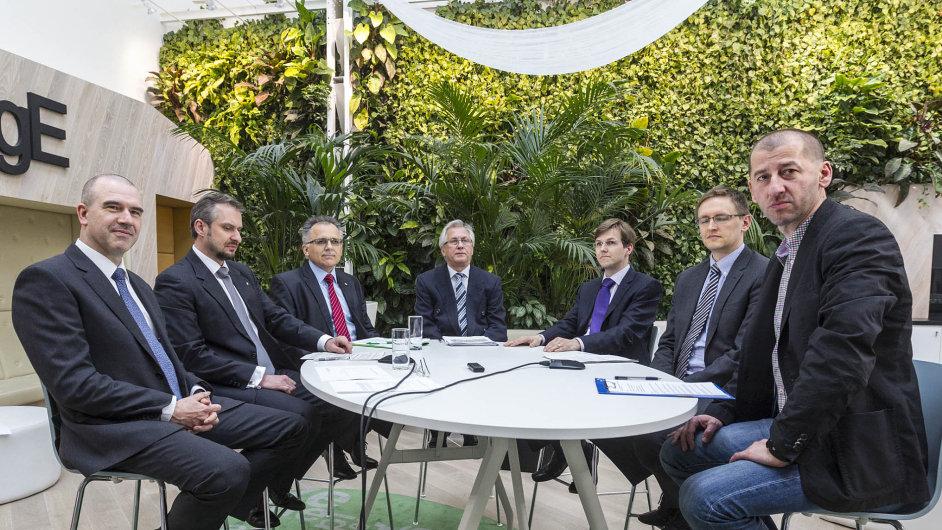 Zleva M. Roček z Hyposervisu, M. Bohuslav z Ambruz & Dark Deloitte Legal , P. Němeček z Hypoteční banky, znalec J. Konta, D. Kotula z Re/Maxu, M. Linhart z  Deloittu a M. Jašminský