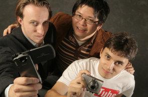YouTube, nejv�t�� internetov� server pro sd�len� videosoubor�, zalo�ili v �noru 2005 zam�stnanci PayPalu Chad Hurley, Steve Chen a Jawed Karim.