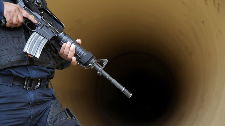 Policie, policista, zbraň - ilustrační foto.