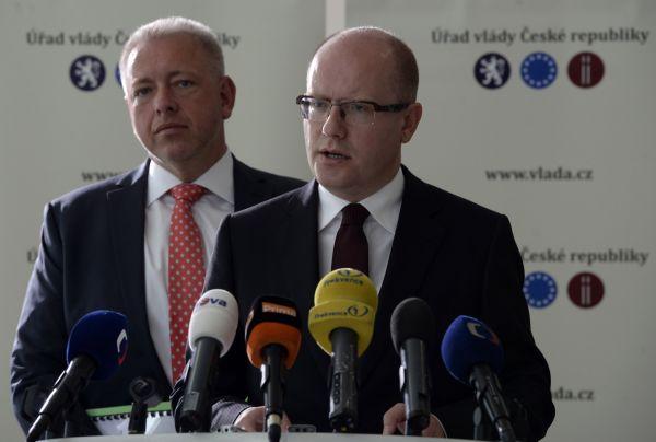 Předseda vlády Bohuslav Sobotka (vpravo) a ministr vnitra Milan Chovanec vystoupili 22. září v Praze na tiskové konferenci k pozici ČR v oblasti migrace.