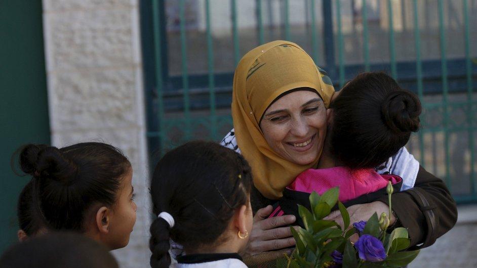 Palestinská učitelka z uprchlického tábora Hanan al-Hroubová získala prestižní světové ocenění pro pedagogy.