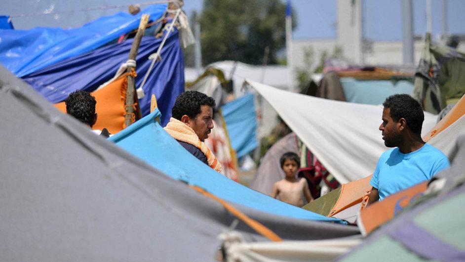 Přicházejí dál. Dohoda sTureckem sice snížila počet uprchlíků, ale zatím se nepodařilo úplně uzavřít balkánskou trasu. Na snímku uprchlíci na srbsko-maďarské hranici.