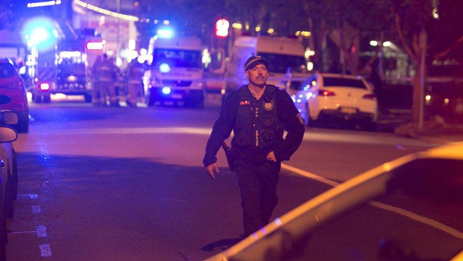 Před policejní stanici na západě Sydney museli přijet hasiči, aby vyprostili útočníka z hořícího vozu.