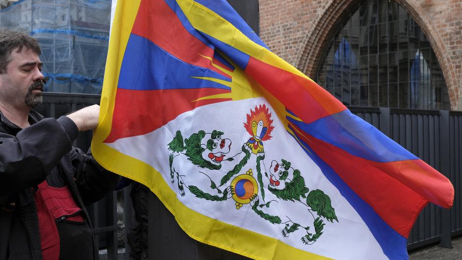 Některé vysoké školy 19. října pět minut před polednem vyvěsily tibetskou vlajku. Na snímku je vyvěšování tibetské vlajky před pražským Karolinem, sídlem Univerzity Karlovy.
