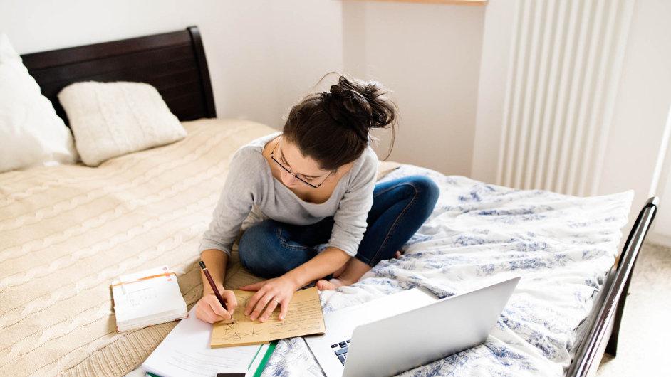 Home office: Odčervence 2017 by zaměstnavatelé měli lidem proplácet náklady nahome office, které jim doma sprací vzniknou.