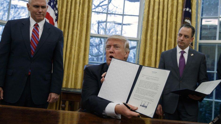 Americký prezident Donald Trump ukazuje příkaz k odstoupení od TTP.