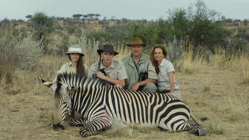 Rakouský dokument Safari se odehrává v Africe, kam jezdí rakouští turisté zastřílet si za peníze.