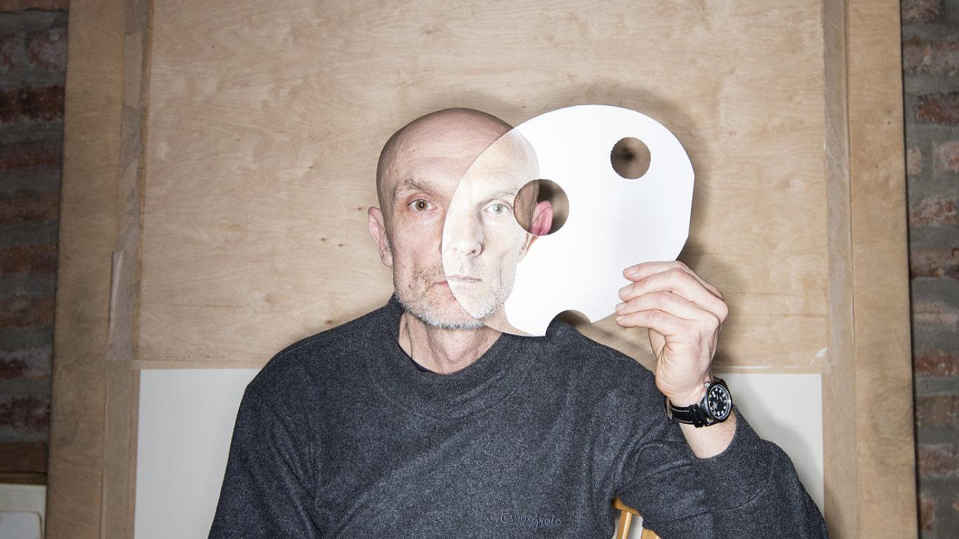 Na snímku pózuje s jednou z masek, které mu dovolují srovnat svůj nynější vzhled s tím, to, jak vypadal dříve.