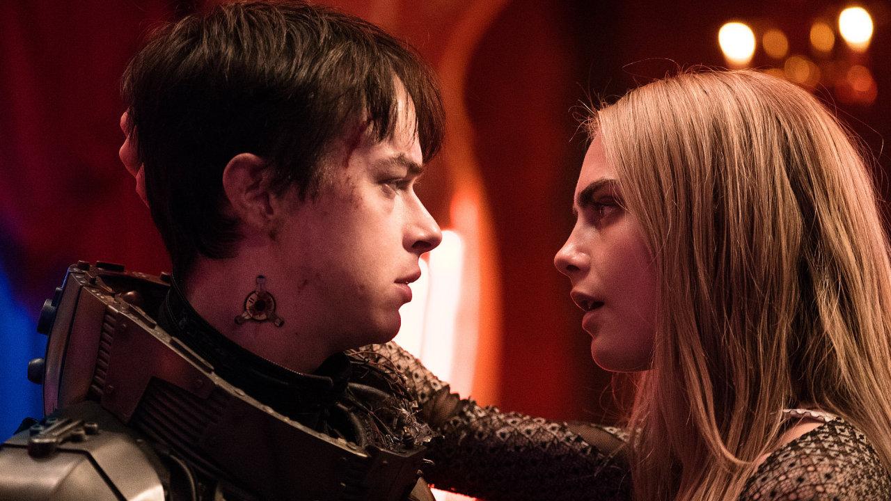 Valerian (Dane DeHaan) a Laureline (Cara Delevigneová) jsou speciální vládní agenti udržující pořádek ve vesmíru.