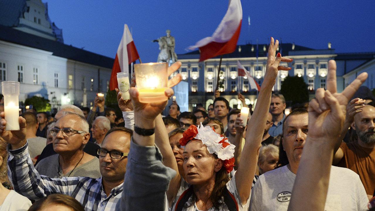 Poláci demonstrují proti přijetí zákona, který by narušil existenci právního státu.